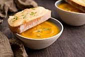 Kürbissuppe mit Brot