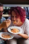 Paar isst Spaghetti mit Tomatensauce