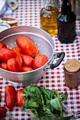 Zutaten für Tomatensugo auf Tisch