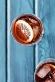 Cocktail mit Zitrone und Eiswürfeln