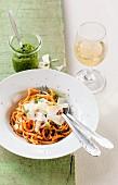 Möhrenspaghetti mit Bärlauchpesto und Parmesan