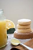 Zitronen-Biskuits daneben Zitronenmarmelade in Glas