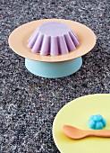 Dekoidee für Kindergeburtstag mit bunten Tellern und Eiscreme