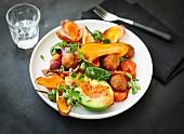 Vegane Kichererbsenbällchen mit frittierten Süsskartoffelscheiben, Avocado, Kirschtomaten und Ajvar