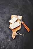 Tofu auf Holzbrett mit Messer