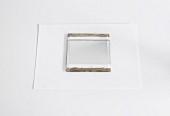 Spiegel mit Klebeband abgeklebt und bemalt auf weißem Papier