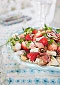 Salat mit Erdbeeren, Schinken, Käse und Couscous
