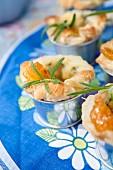 Blätterteiggebäck mit Käse, Marmelade und frischem Rosmarin