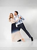 Paar in Abendkleidung beim Tango tanzen