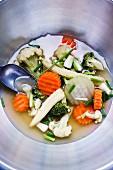 Thai-Suppe mit frischem Gemüse