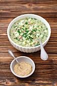 Okroszka - kalte Suppe mit Gurken, Schnittlauch, Senf, Schinken und Kvas (Russland)