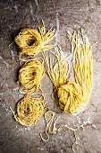 Frische Pasta auf einer Marmorplatte (Draufsicht)