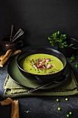 Schinken-Erbsen-Suppe mit Brot und Petersilie