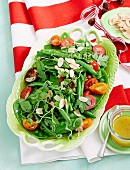 Gemüsesalat mit grünen Bohnen, Zuckerschoten und Kirschtomaten