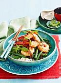 Süss-scharfe Garnelen mit grünen Bohnen auf Reis (Vietnam)