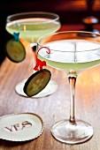 Cocktail mit Gin, Rucolasirup und Gurkensaft