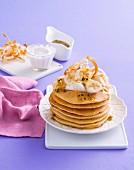 Pancakes mit Passionsfruchtsauce und Sahne