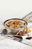 Pilzsuppe mit Klösschen und Mandeln