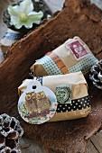 Originelle Geschenkverpackung mit Tapeband, Geschenkanhänger und Briefmarke