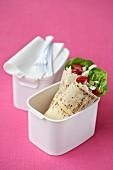 Wraps aus Pitabrot mit Salat zum Lunch