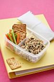 Lunchbox mit Thunfisch-Zitronen-Dip, Gemüsesticks und Crackern
