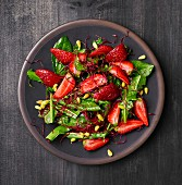 Löwenzahnsalat mit Erdbeeren, Rote-Bete-Sprossen und Pinienkernen