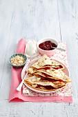 Pfannkuchen mit Kirschmarmelade, Joghurt und Mandelblättchen