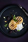 Gegrillte Birnen mit Joghurt und Brombeeren