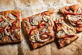Gemüsepizza mit Zwiebel, Paprika und Zucchini