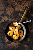 Karamellisierte pochierte Birnen in Pfanne (Draufsicht)