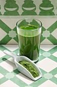 Ein grüner Smoothie mit Weizengraspulver