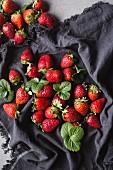 Frische Erdbeeren auf grauem Tuch