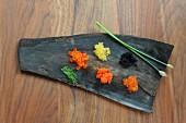 Verschiedene Kaviarsorten auf Blatt