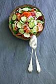 Sommersalat mit Tomaten, Gurke und roten Zwiebeln