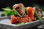 Fleischbällchen mit Tomaten am Spiess