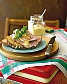 Brot mit mariniertem Schweinebraten und süsser Senfsauce