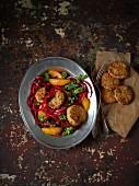 Quinoabällchen auf Salat mit Grünkohl, Rote-Bete-Spiralen und Orangen
