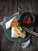 Vietnamesische Sommerrollen mit Gemüsefüllung und Chilisauce