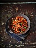 Süsskartoffelnudeln mit Mangold und Oliven in Tomatensauce
