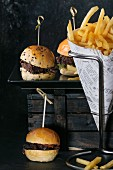Mini beefburgers with chips