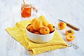Frische Aprikosen in Schälchen zur Herstellung von Marmelade