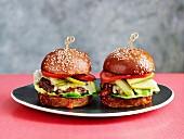 Gourmet-Beefburger mit Essiggurken