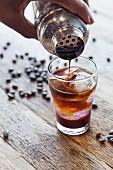 Cocktail aus Espresso mit Beerensirup und Limonade