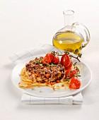 Hamburger auf sardischem Brot mit geschmorten Tomaten