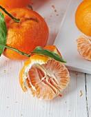 Mandarinen ganz und halb geschält