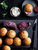 Minibrötchen mit Salami, Fenchelsamen und geschlagener Anchovisbutter