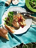 Vornehmes Picknick: Grillhähnchen mit gebratenen Schalotten, eingelegten Zitronen und Chilis