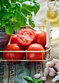 Stillleben mit frischen Tomaten, Basilikum, Knoblauch und Öl