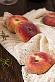 Pfirsiche auf Tuch