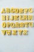 Das Alphabet aus Buchstabennudeln auf weißem Untergrund